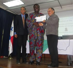 Jean-Baptiste Sourou recevant son Prix des mains de M. Candanedo