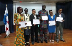 Photo de famille des lauréats du Prix International Journalism and Media Awards 2013