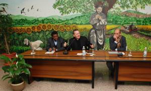 De gauche à droite: Stephe Ogongo, Mgr Maurizio Saba et Francesco Mignani © M. Cicogna